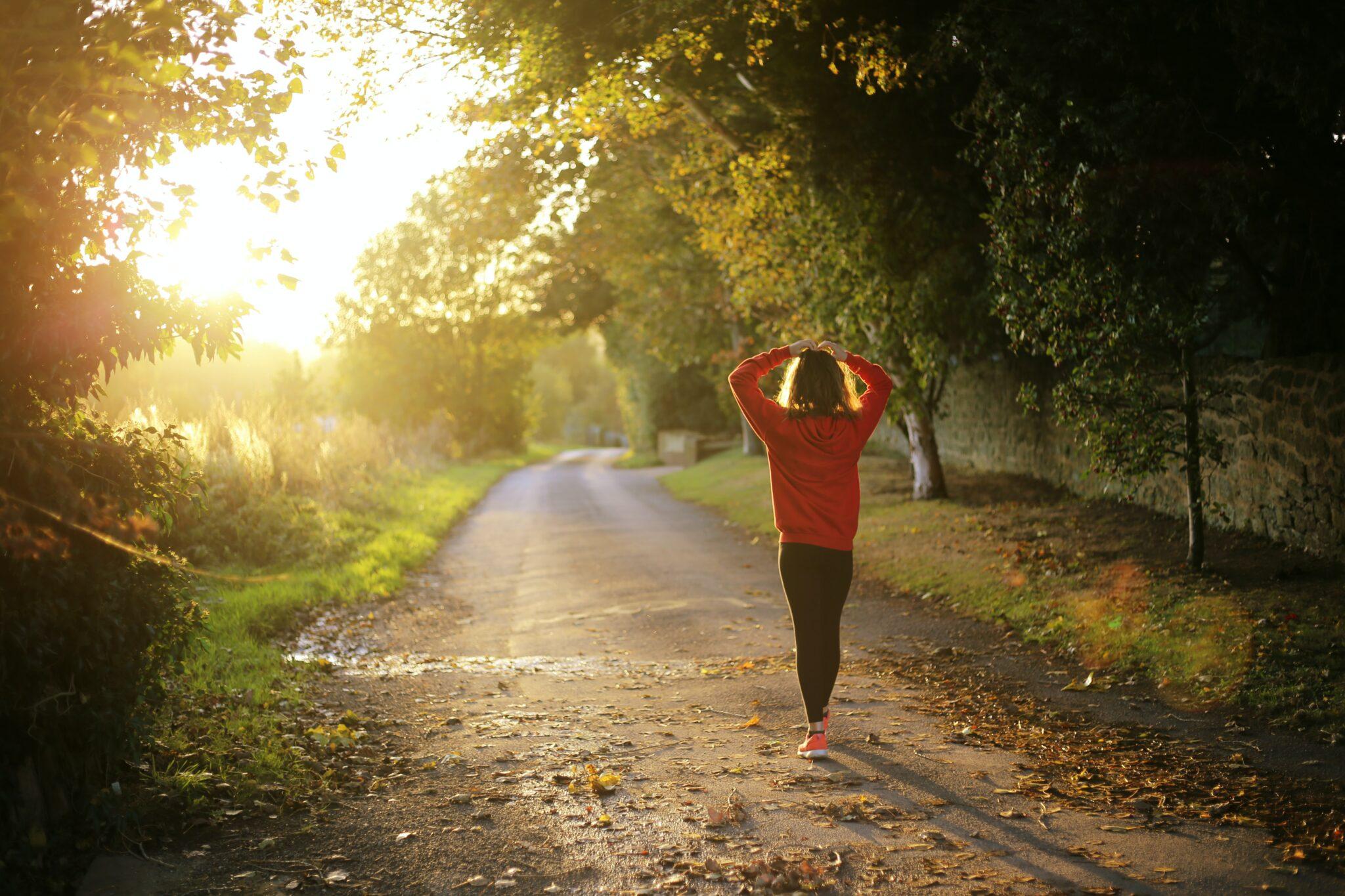 Lauferin bei Sonnenuntergang